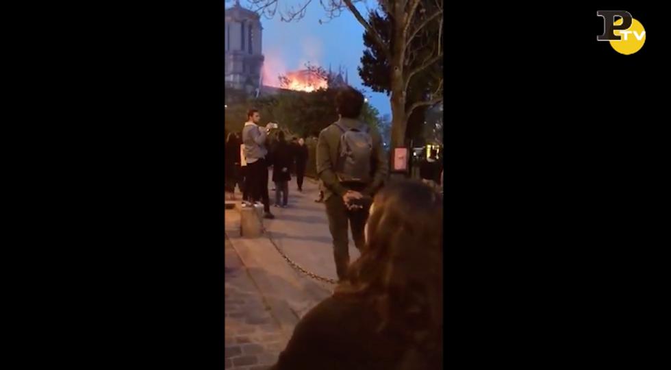 Notre Dame: i francesi cantano davanti alla Cattedrale in fiamme - VIDEO