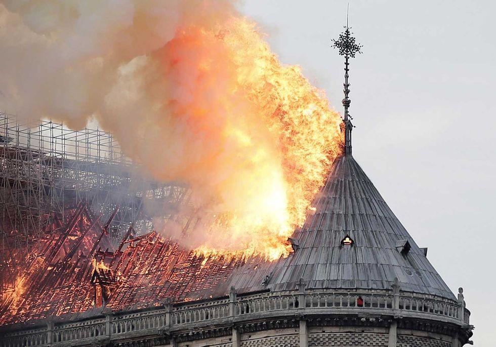 Notre-Dame-foto-fuoco-croce-tetto