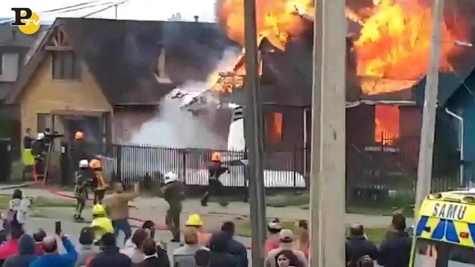 Cile, aereo precipita su un'abitazione: 6 morti