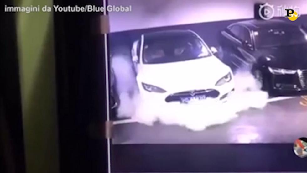 Cina, prende fuoco auto elettrica Tesla. Il video virale