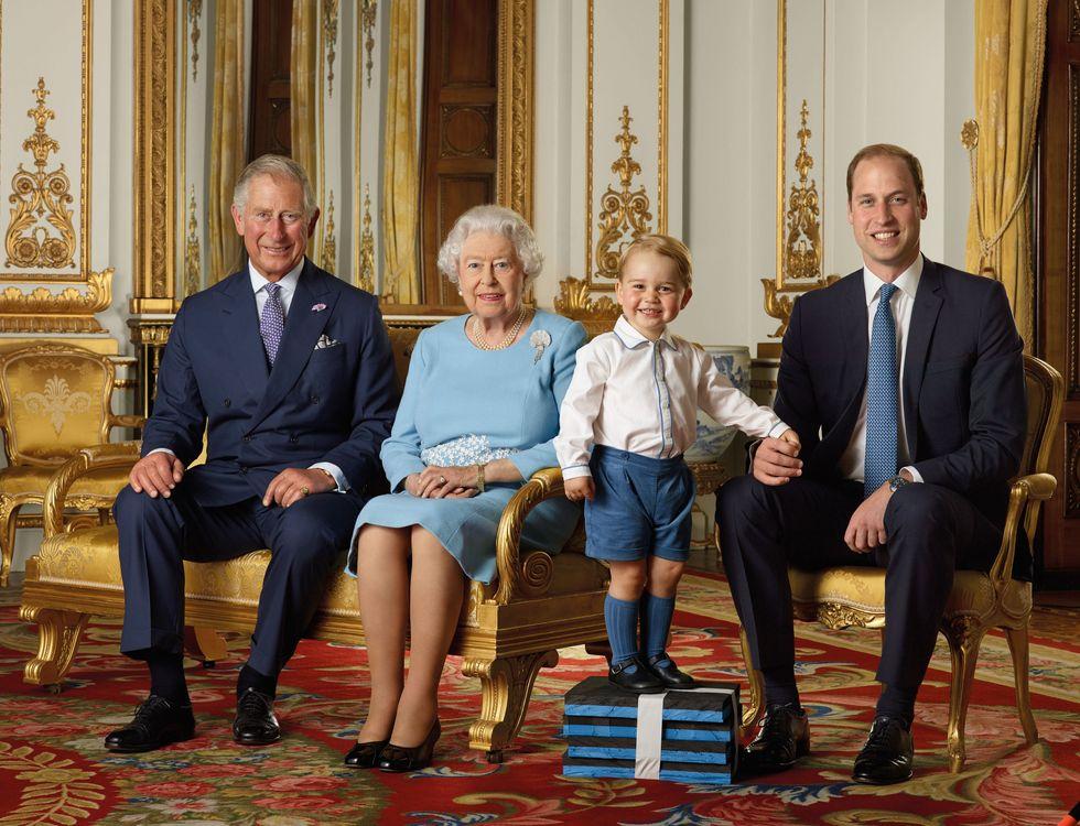 Il Principe Carlo, la Regina Elisabetta, il Principe George e il Principe William: una Regina e tre eredi eredi al trono in un'unica foto