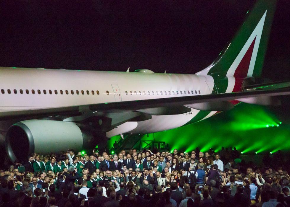 La nuova Alitalia: cambio di livrea e 310 assunzioni