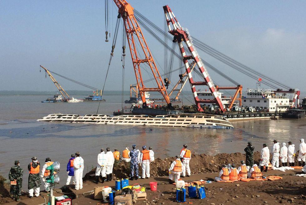 Cina, naufragio nello Yangtze: raddrizzata la nave