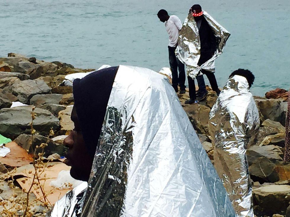 Ventimiglia: le foto dei migranti sugli scogli