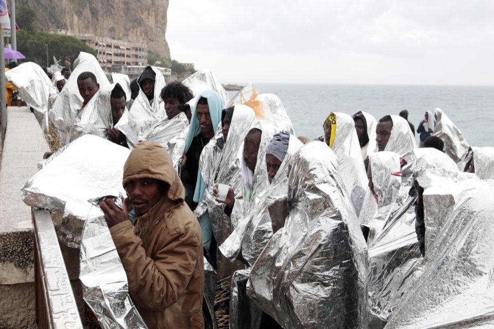 """Migranti, la Francia si chiama fuori. Il piano B di Renzi: """"Facciamo da soli"""""""
