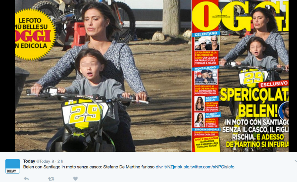 Belén Rodriguez in moto senza casco con Santiago
