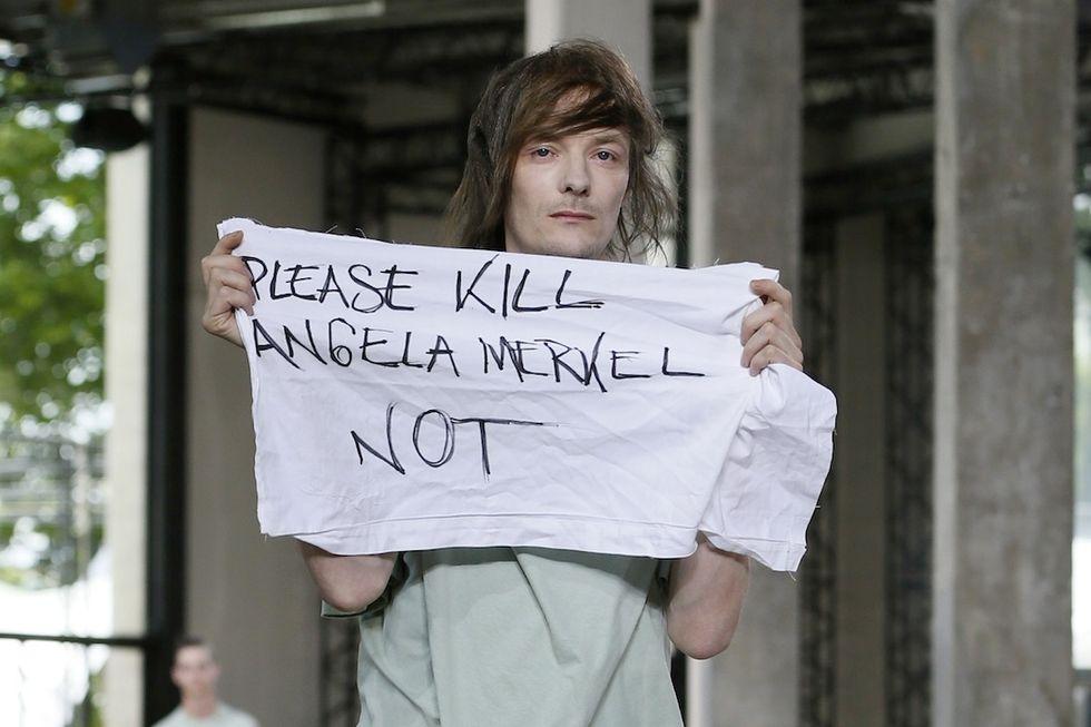 Lo stilista prende a pugni il modello che ha insultato Angela Merkel