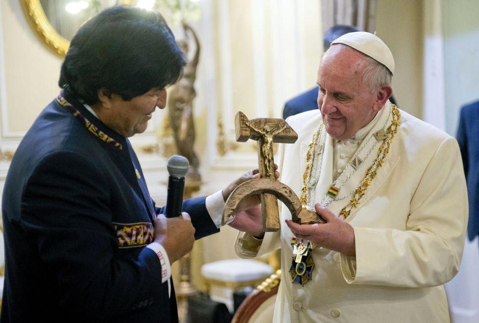 Papa Francesco mette al collo la falce e martello