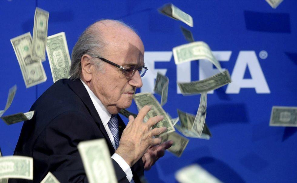 Scandalo Fifa: pioggia di banconote (false) su Blatter
