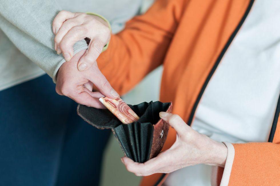 Anziani, in estate aumentano furti e truffe