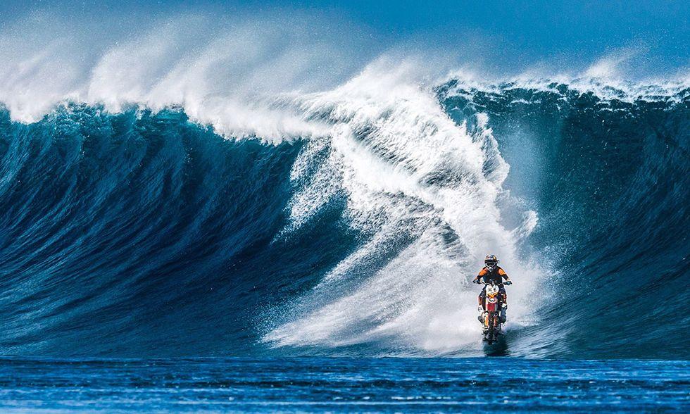 Robbie Maddison motociclista sulle onde