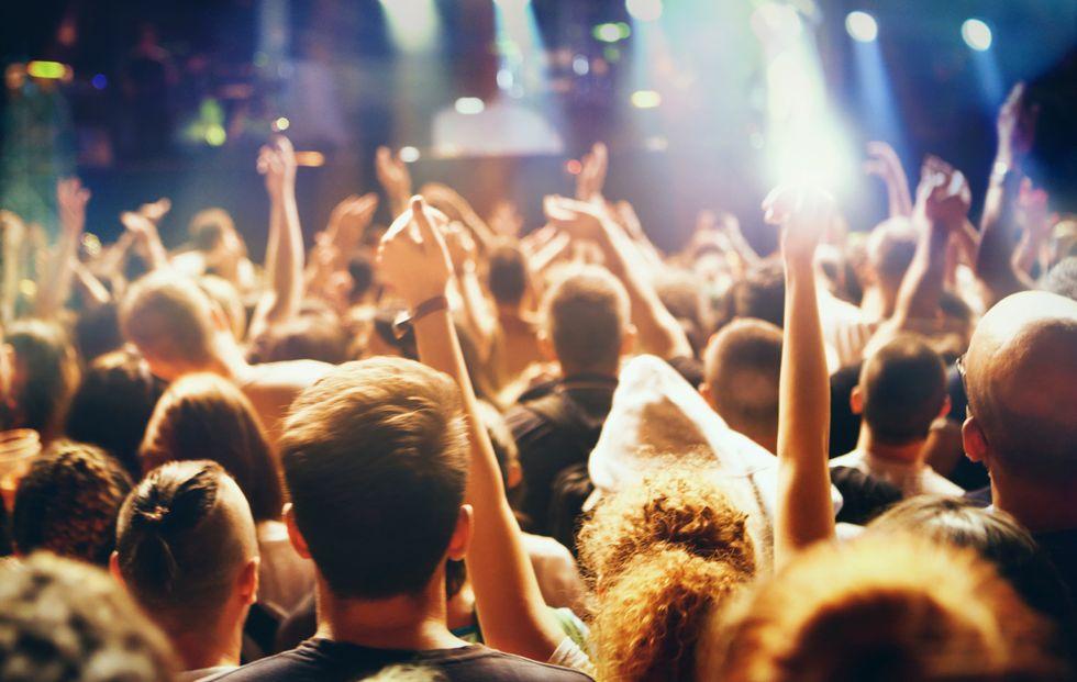 Alcol e droga in discoteca: è davvero colpa delle famiglie?