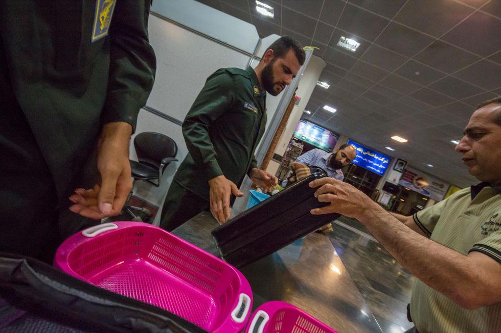 Viaggi, gli oggetti (insospettabili e pericolosi) ammessi in aereo