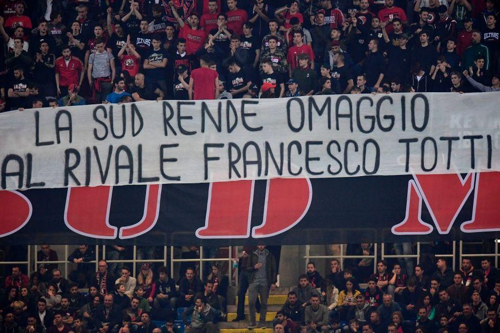 milan roma totti striscione tifosi rossoneri spalletti