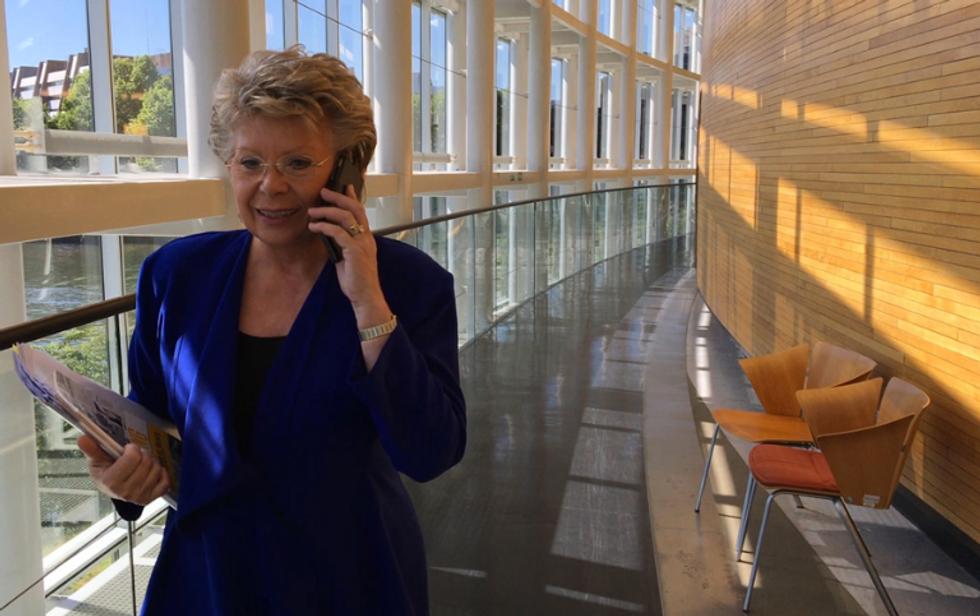 Parlamento europeo, la fine del roaming: la vittoria di Viviane Reding