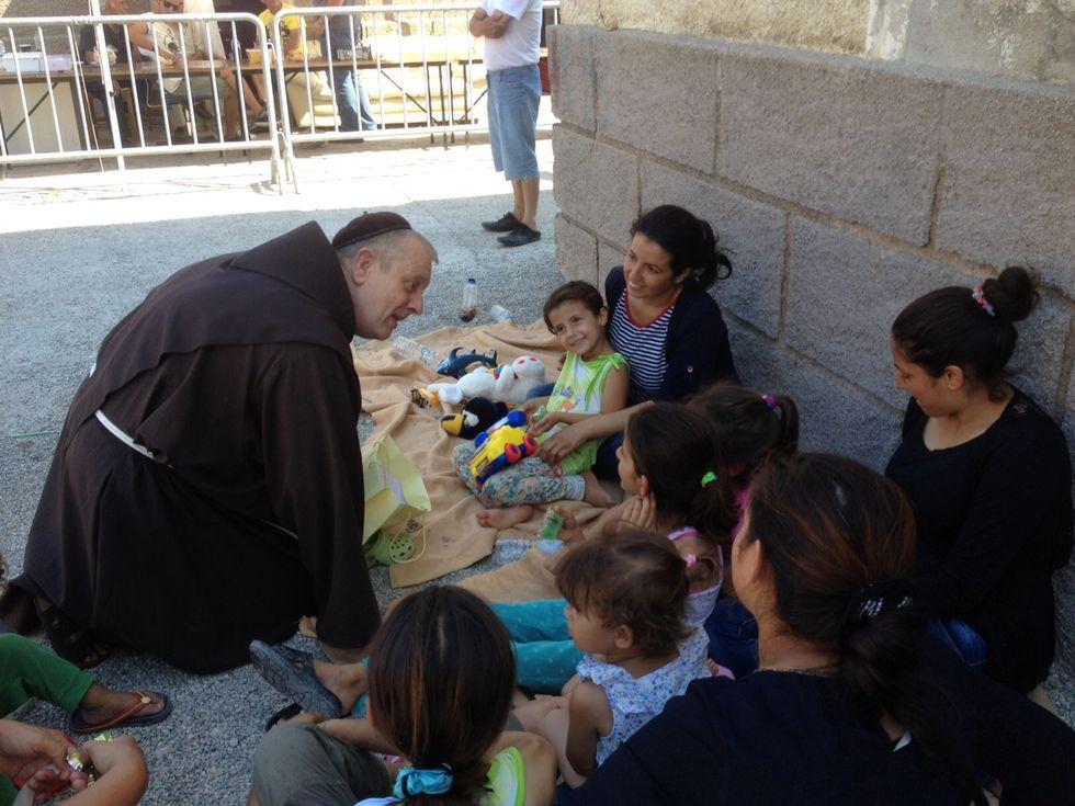 Il coraggio di padre Luke nella Rodi assalita dai profughi