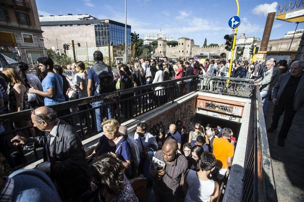 Cede controsoffitto, chiuso tratto metro Roma
