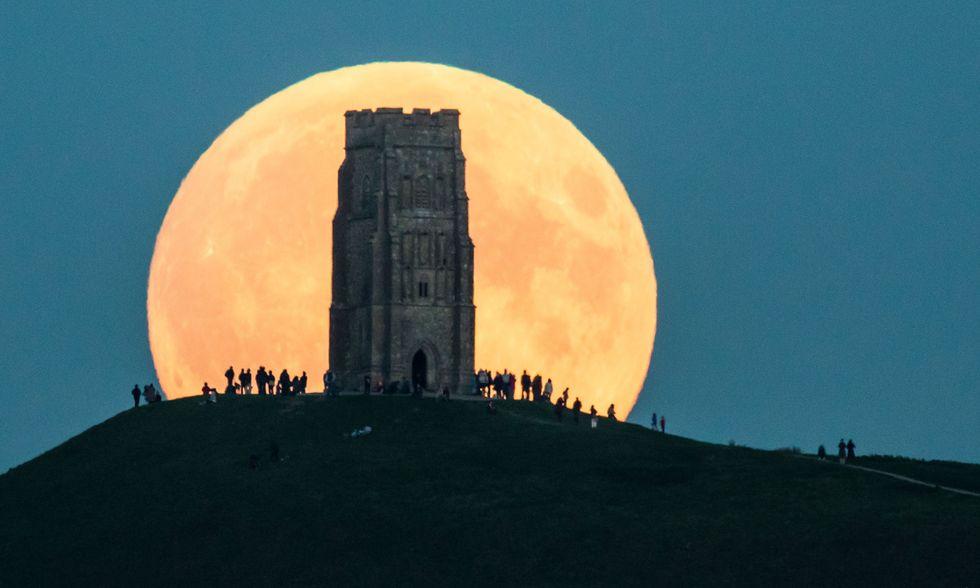La super Luna rossa a Glastonbury