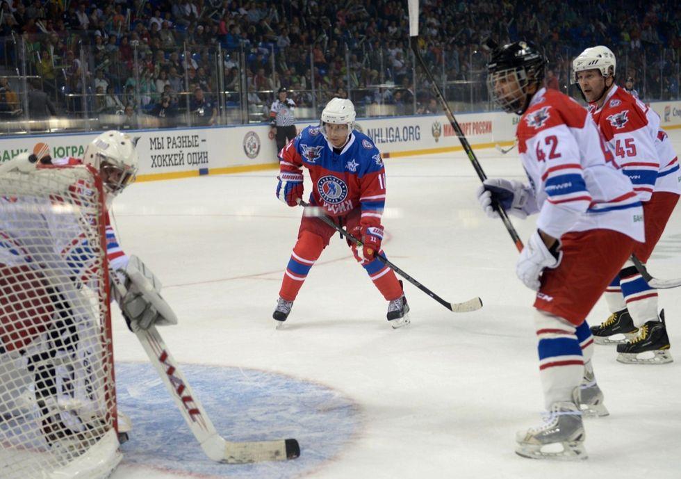 Putin festeggia gli anni giocando a hockey su ghiaccio