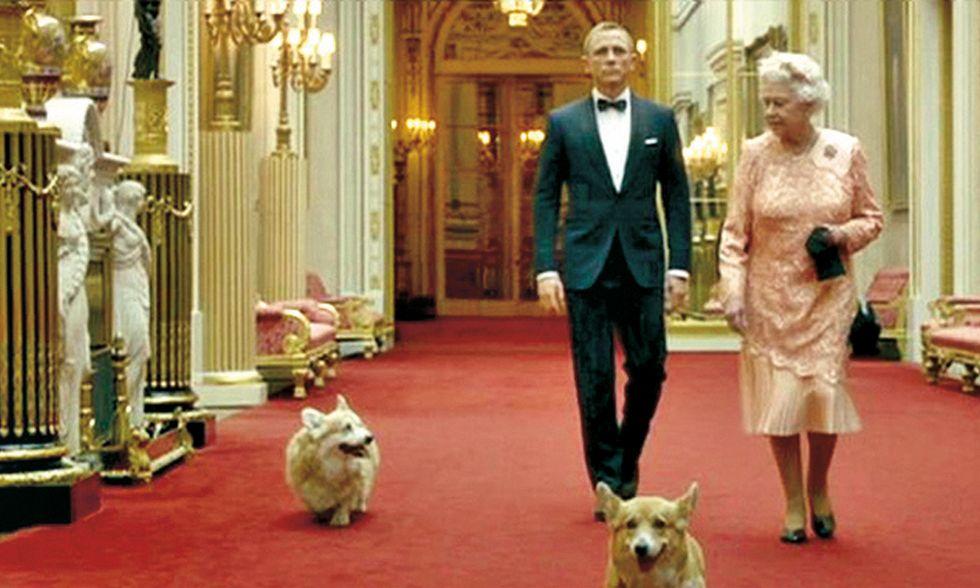Elisabetta II d'Inghilterra. Altro che topless-Kate, il vero dolore di corte è la morte del suo corgi Monty