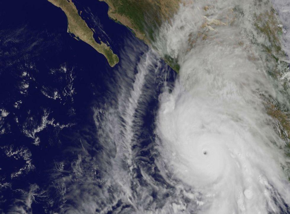 Messico, l'uragano Patricia perde potenza ma fa ancora paura