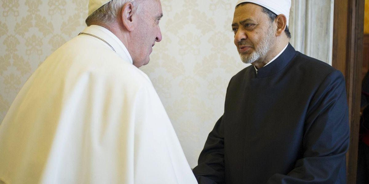 Papa Francesco incontra l'Imam del Cairo, una stretta di ...
