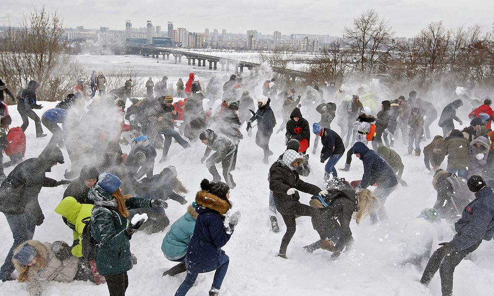 Una battaglia a palla di neve a Kiev