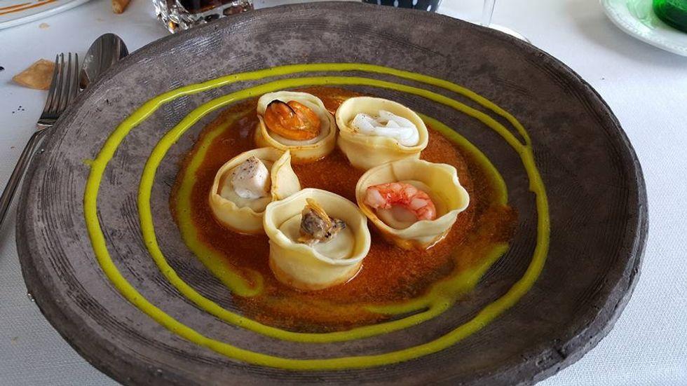 Agnolotti di pasta fresca con cernia e finocchietto in salsa ristretta di crostacei