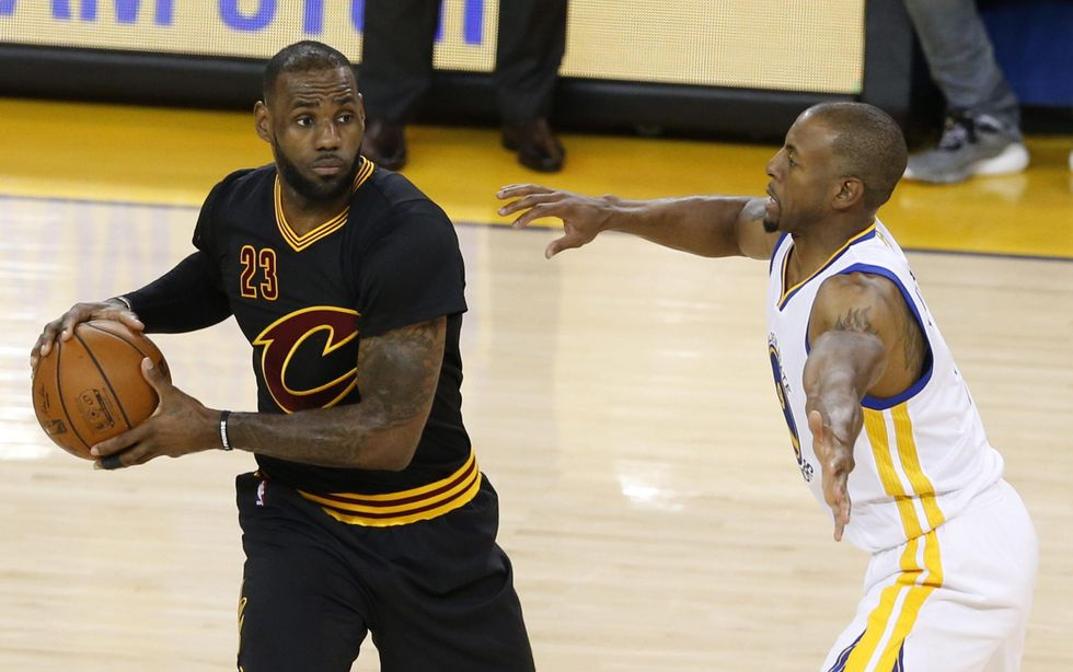 Nba Finals, 41 punti per James e Irving: Cleveland resiste a Golden State - video