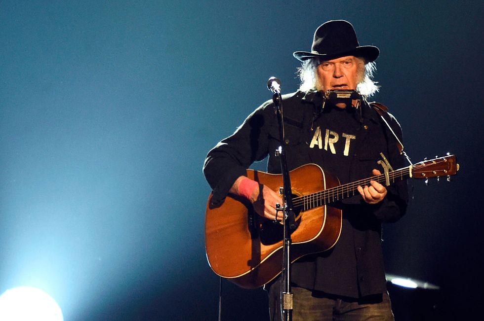 Neil Young, Earth: un live straordinario con orsi, galline e clacson