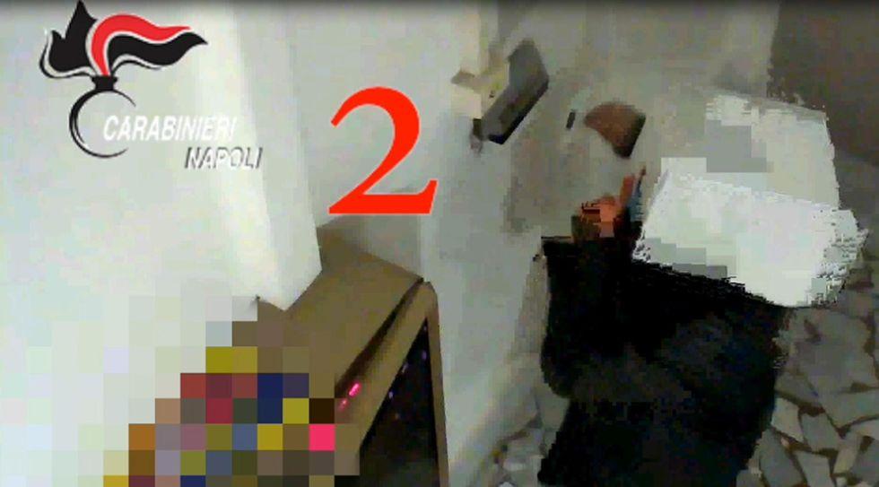 23 furbetti cartellino, scatola in testa per nascondersi