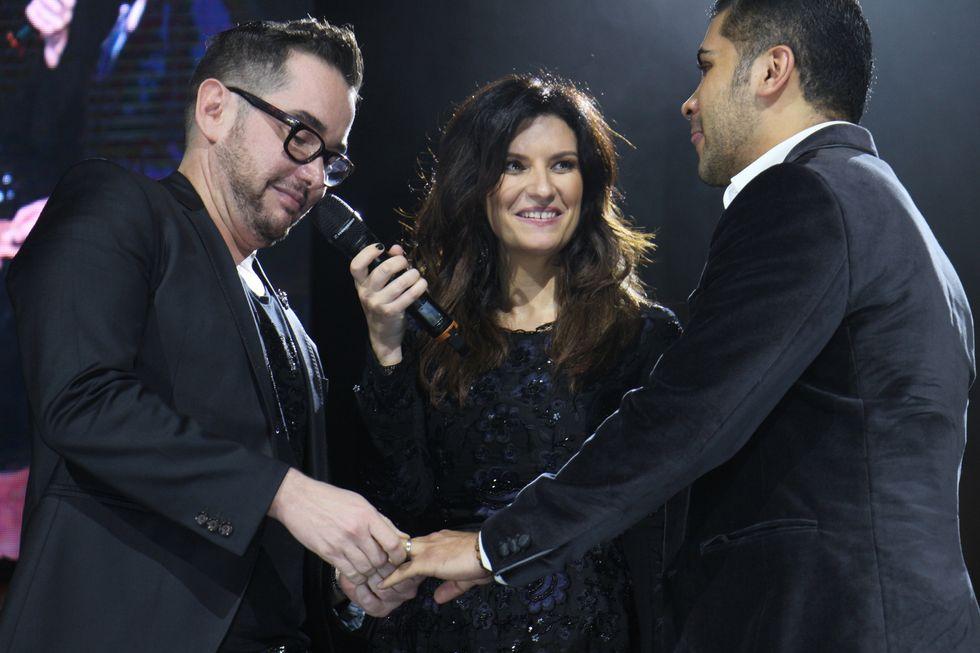 Laura Pausini, durante il concerto di ieri sera a Città del Messico, quando ha sposato Luis e Julio