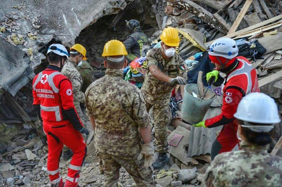 Terremoto, con l'Esercito in soccorso di Amatrice - foto
