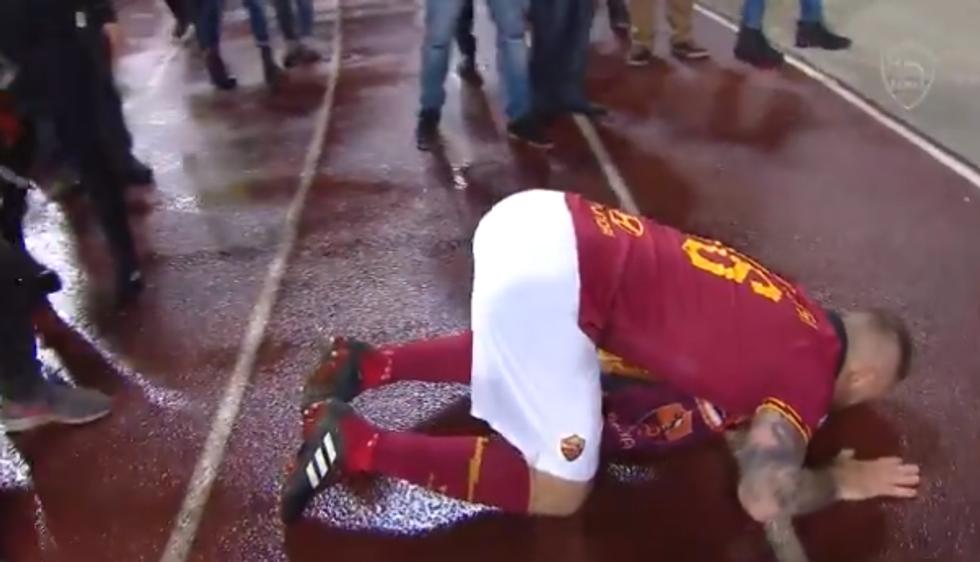 De Rossi in ginocchio davanti alla Curva Sud della Roma I VIDEO