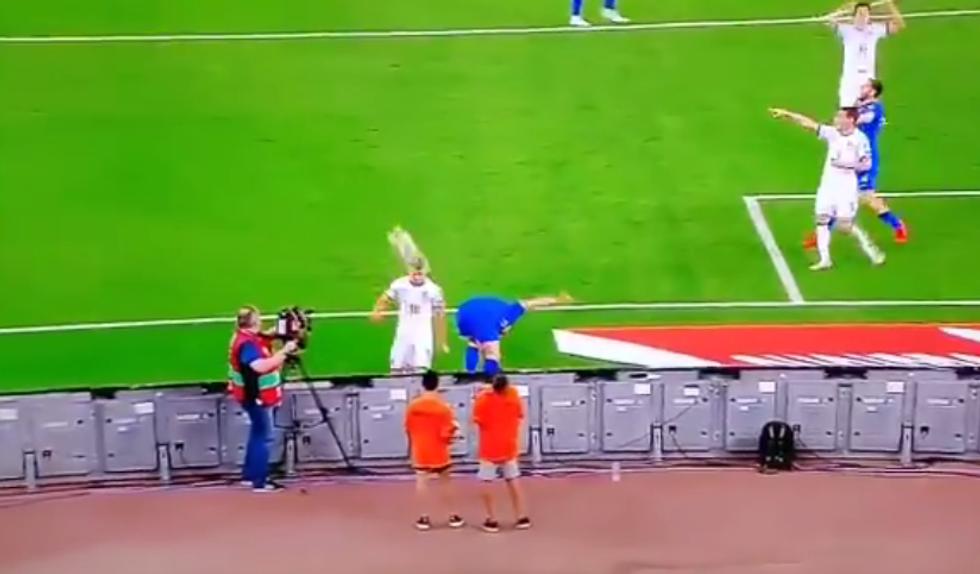 Barella colpisce un raccattapalle con una pallonata in Grecia-Italia I VIDEO
