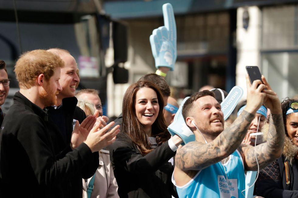 Perché la Corona inglese ammette i selfie, ma non gli autografi