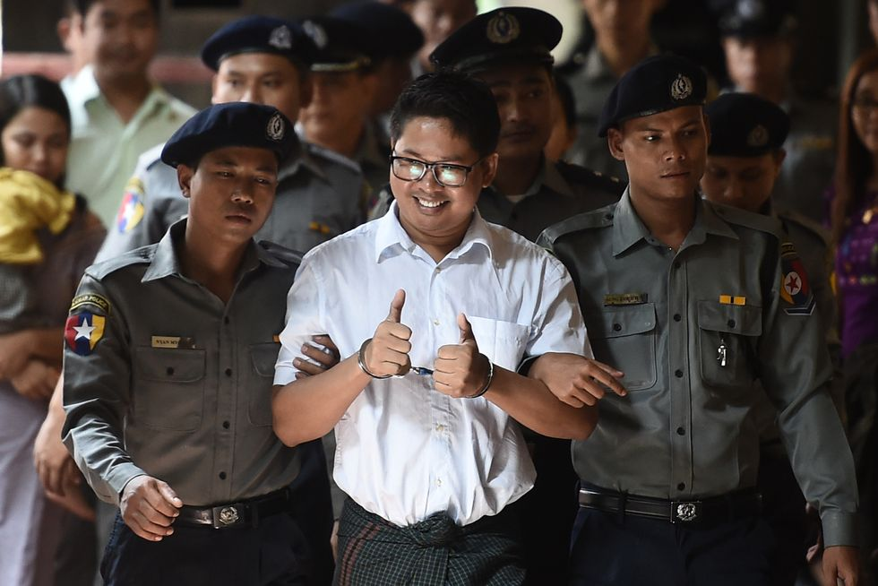 Il giornalista Reuters Wa Lone all'arrivo al tribunale di Yangon. L'uomo con il collega Kyaw Soe Oo è statp condannato a sette anni di carcere