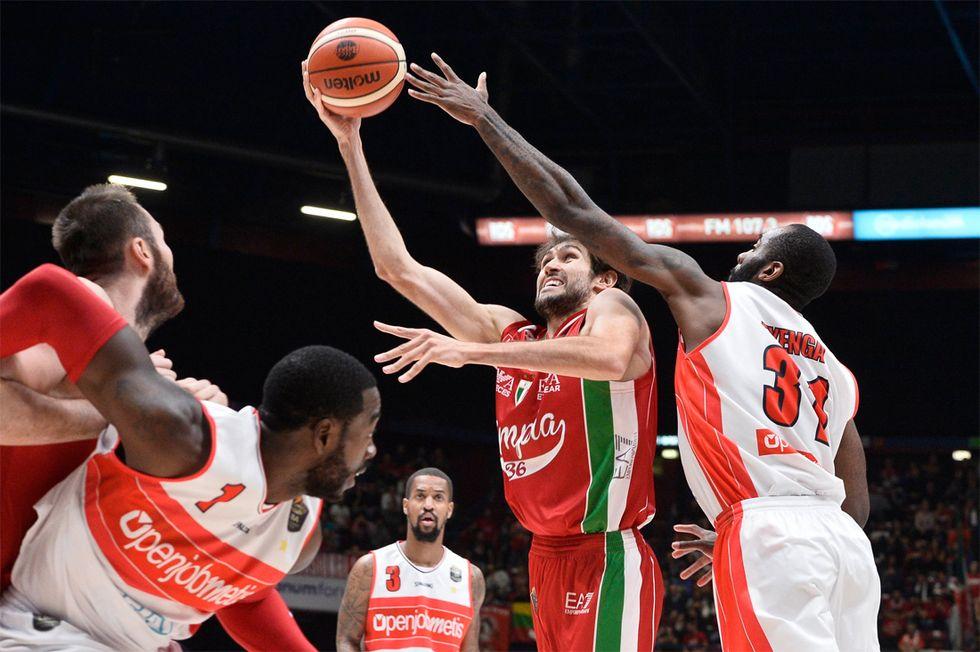 Basket, Serie A: derby e fuga per l'EA7 Milano, record al tiro per Della Valle