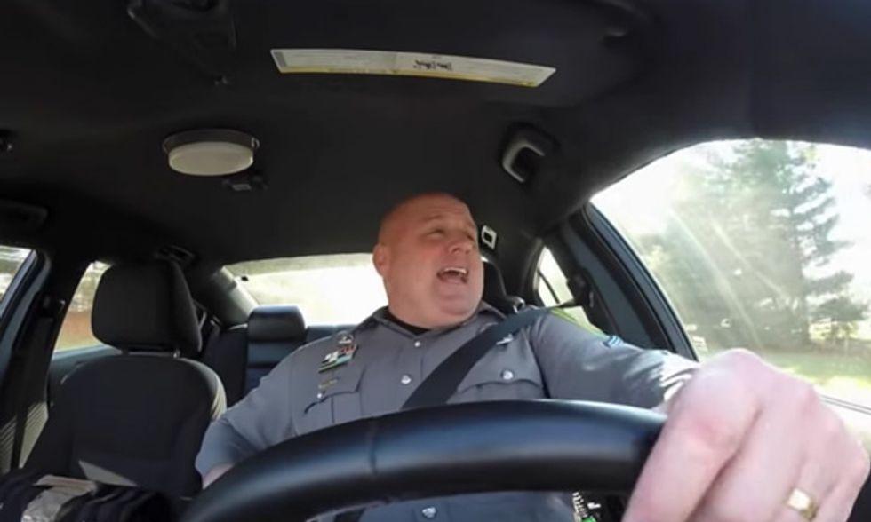 Il poliziotto al volante che canta Taylor Swift