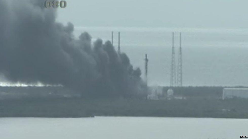 Esplosioni a Cape Canaveral durante un test del Falcon 9 SpaceX - foto e video
