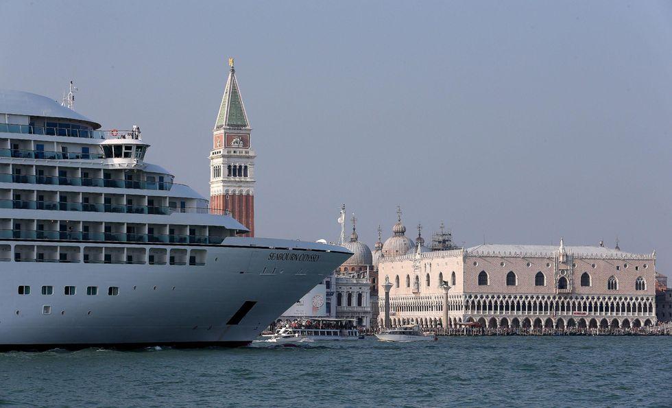 Venezia muore di troppa vita