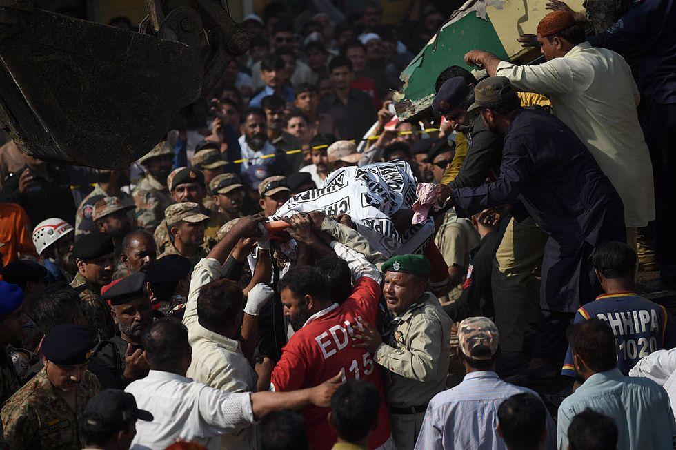 Venti morti in una tragedia ferroviaria in Pakistan