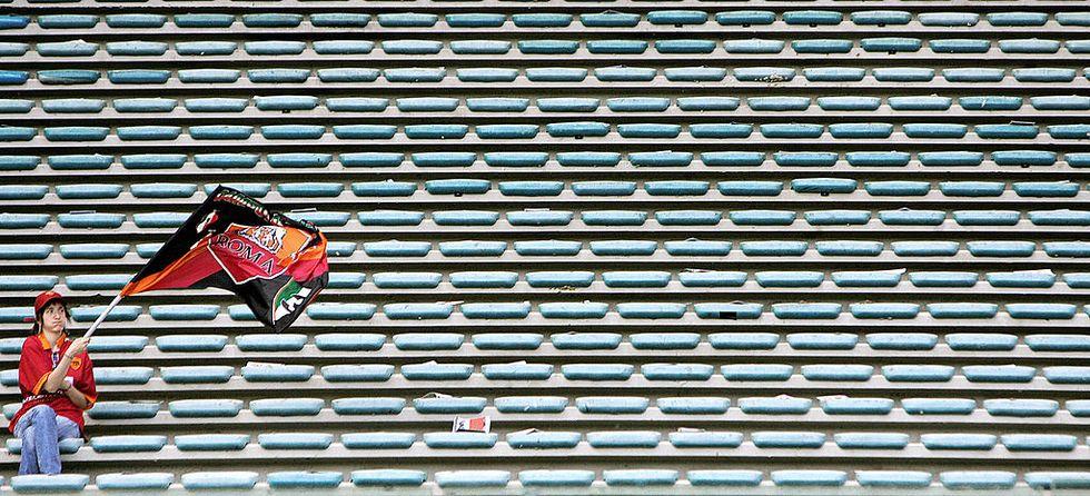 Lazio-Roma, il derby invisibile: proteste, barriere e Olimpico vuoto