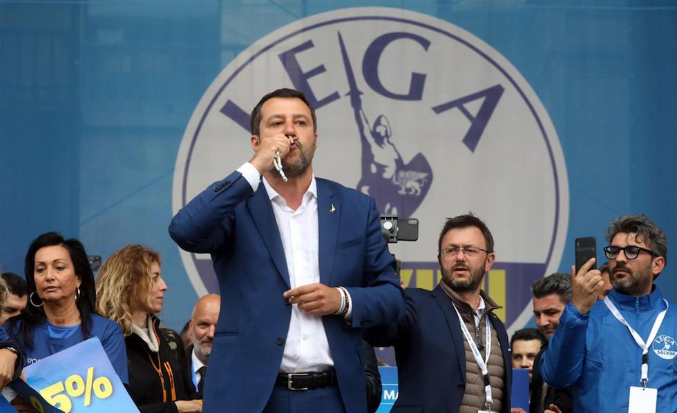 Salvini bacio crocefisso