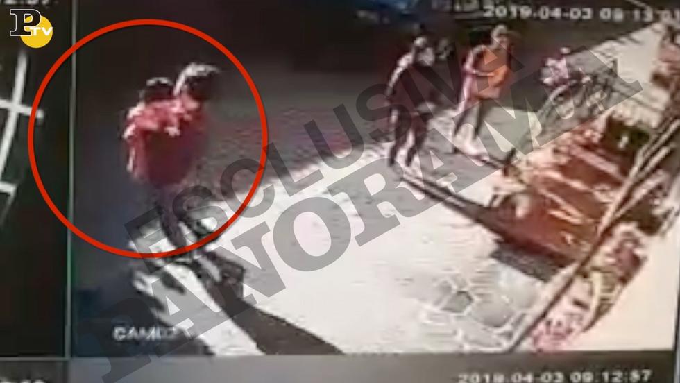 video bambina portata via casa genitori famiglia Polizia assistenti sociali