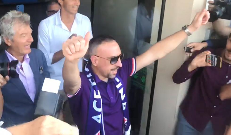 Ribery, delirio dei tifosi della Fiorentina al suo arrivo I VIDEO