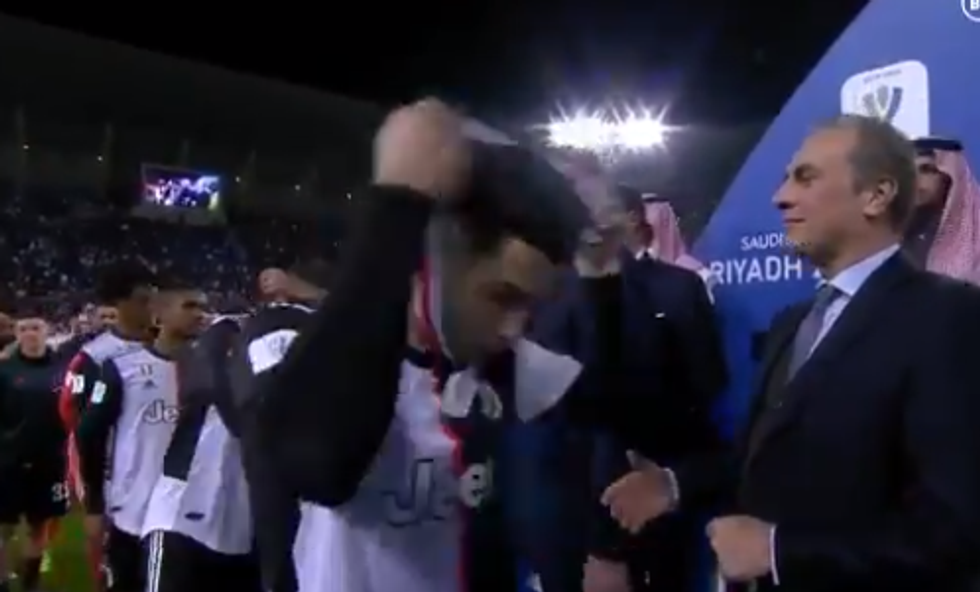 Ronaldo si toglie la medaglia d'argento della Supercoppa Italiana I VIDEO