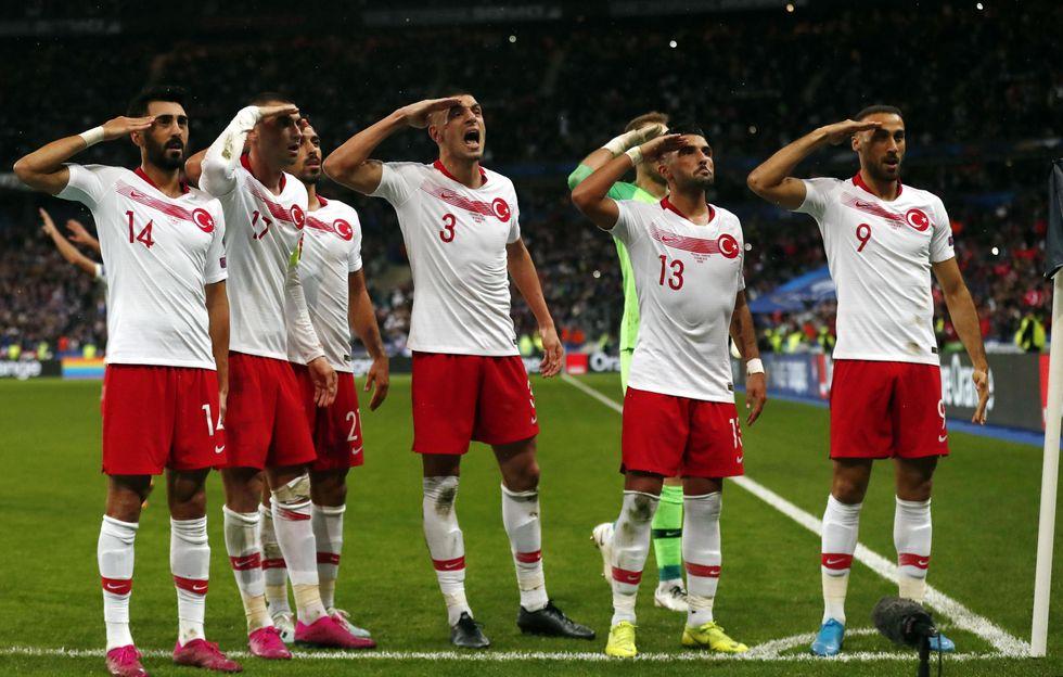 turchia saluto militare calciatori uefa finale champions istanbul