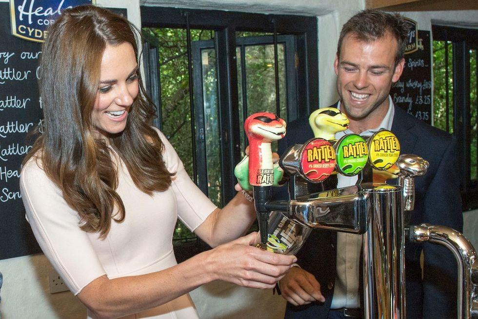 La visita del Duca e della Duchessa di Cambridge in Cornovaglia - scuola di pub