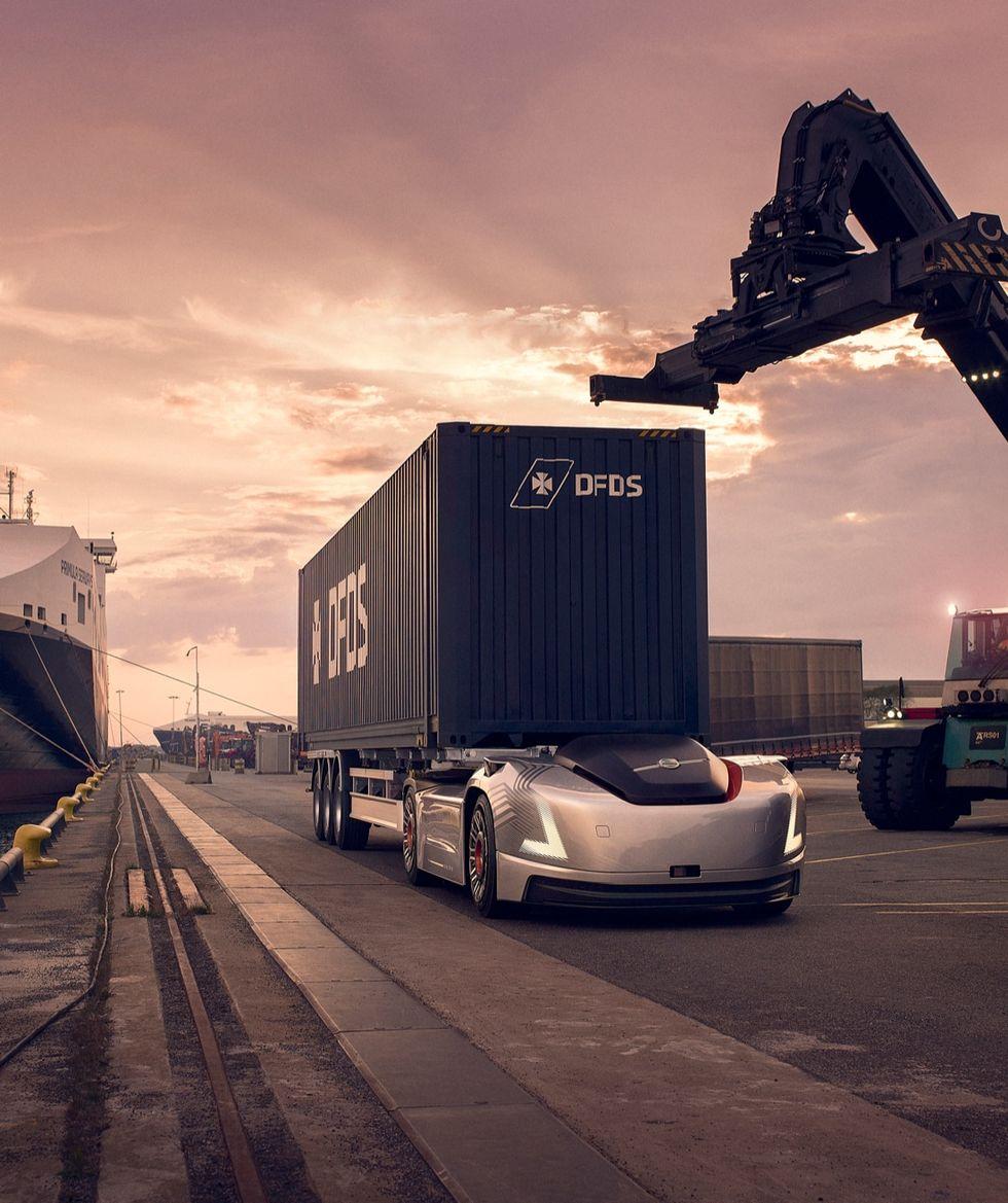 """Volvo Trucks sperimenta """"Vera"""", il primo TIR elettrico a guida autonoma. Foto e video"""
